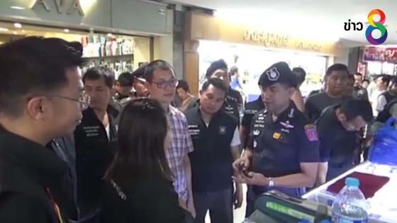 ตำรวจบุกจับสินค้าละเมิดลิขสิทธิ์ห้างมาบุญครอง