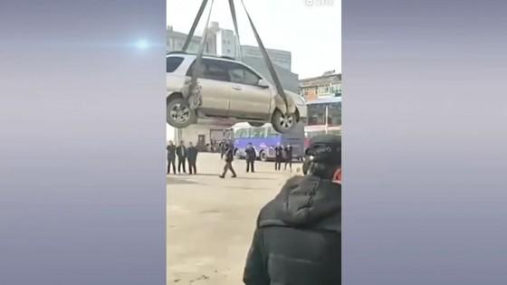 แก้เผ็ดคนขับจีนจอดรถผิดที่ ใช้รถเครนยกไปไว้บนหลังคา
