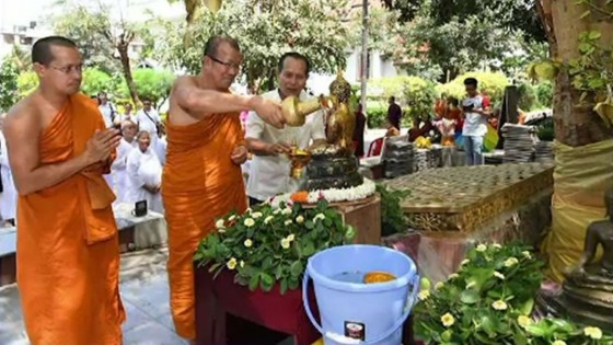ประชาชนไทยในอินเดียร่วมสรงน้ำพระพุทธรูปจากนานาชาติ