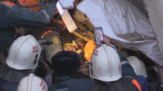 กู้ภัยรัสเซียช่วยชีวิตทารกวัย 11 เดือน ติดใต้ซากอพาร์ทเม้นท์แก๊สระเบิดนาน 35 ชม.