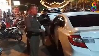 รถเก๋งเห็นด่านตรวจ คนขับจอดรถหนีทิ้งยาเสพติดคารถ