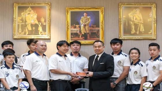 ส.บอลแจกบัตรไทย-ยูเออีให้นักเรียน-นักศึกษาดูฟรี720ใบ...