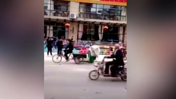 เจ้าบ่าวจีนปั่นจักรยานสะดุดพื้นทำเจ้าสาวร่วงถังขยะ...