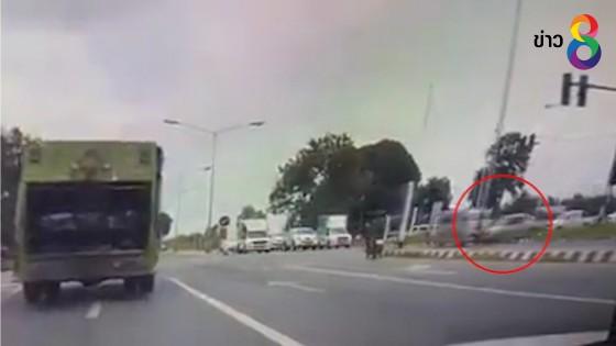 (คลิป) กระบะชนรถพยาบาลกลางสี่แยก  ขณะกำลังไปส่งคนเจ็บ