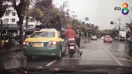 (คลิป) หนุ่มใช้หมวกกันน็อคฟาดรถแท็กซี่ โมโหถูกน้ำบนถนนกระเด็นใส่
