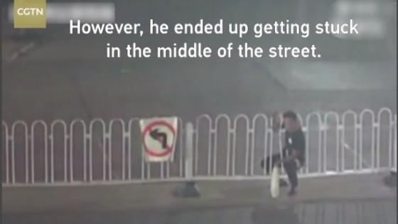 ชายจีนมักง่ายมุดแผงเหล็กกลางถนน