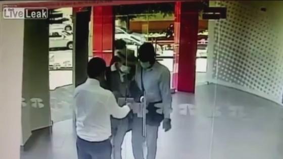 รปภ.ธนาคารเม็กซิโกปิดประตูทันก่อน 3 โจรบุกปล้น
