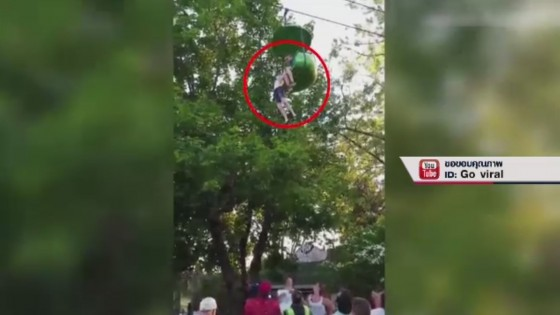 วัยรุ่นสาวตกเครื่องเล่นในสวนสนุกสหรัฐฯ สูง 8 เมตร