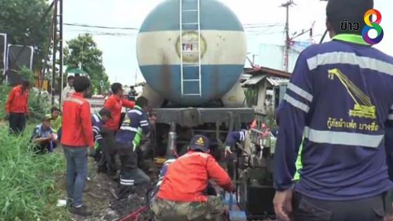 เจ้าหน้าที่เร่งกู้ขบวนรถไฟขนปูนซีเมนต์ ตกรางกลางเมืองโคราช