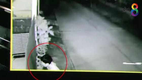 กล้องวงจรปิดจับภาพชายเดินเข้าบ้านหวังขโมยทรัพย์สิน