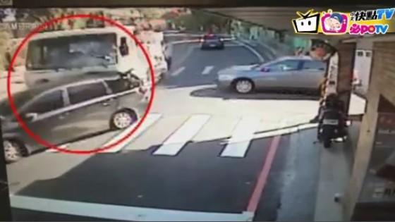 นาทีรถปูนซีเมนต์จีนชนดะรถยนต์ 22 คัน - เสยบ้านพังทั้งแถบ