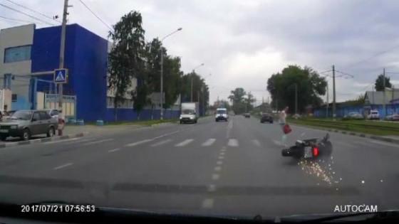 จักรยานยนต์ไร้คนขี่พุ่งชนหญิงรัสเซียข้ามถนน