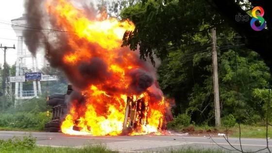 บุรีรัมย์ระทึกรถพ่วง 22 ล้อพลิกคว่ำแก๊สระเบิดไฟลุกท่วม