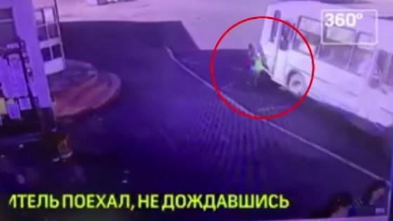 คนขับรถเมล์รัสเซียปิดประตูหนีบขา ด.ญ.วัย 4 ปี ออกรถ-ลากไปไกล