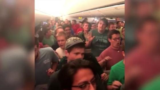 คณะประสานเสียง 75 คน โชว์ลีลาร้องสดบนเที่ยวบินเอมิเรตส์