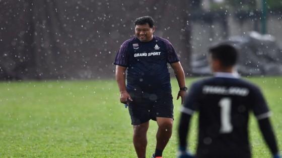 โค้ชโย่ง น้อมรับคำวิจารณ์ นำทีมซ้อมท่ามกลางสายฝน