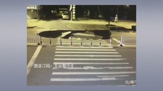 หนุ่มจีนเล่นโทรศัพท์มือถือเพลิน ขี่จักรยานยนต์ตกหลุมยุบกลางถนน