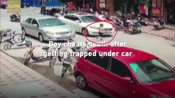 ด.ช.ชาวจีนวิ่งตัดหนารถถูกชนทับ ชาวบ้านรุมช่วย