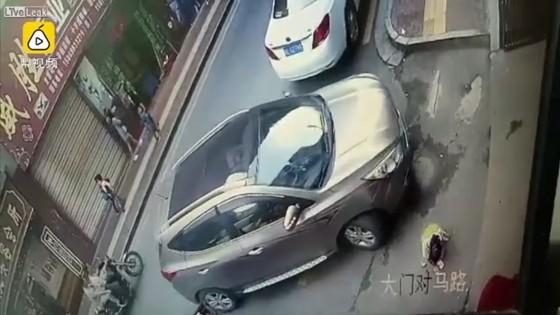 ด.ญ.ชาวจีนลุกขึ้นเดินปกติ หลังถูกรถเหยียบร่างผ่านไป