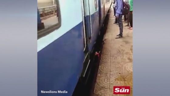 หญิงอินเดียตกร่องระหว่างรางรถไฟกับชานชาลา...