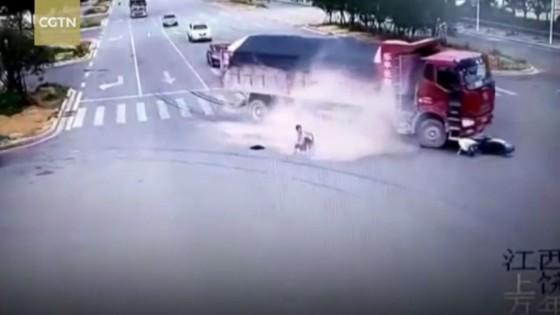 หนุ่มจีนดวงแข็ง เกือบถูกรถบรรทุก2คันทับตาย