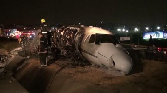 เครื่องบินเล็กไฟไหม้ขณะลงจอดฉุกเฉินที่สนามบินในตุรกี...