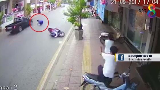 คลิป! จักรยานยนต์เสียหลักล้ม หวิดโดนรถกระบะทับศีรษะ