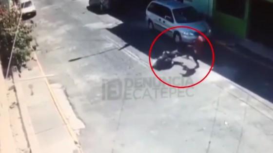 สุนัขขย้ำหญิงเม็กซิโกเดินข้างถนนแบบไม่ยอมปล่อย...