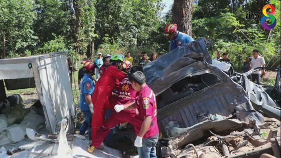 รถบรรทุกน้ำแข็งยางแตกเสียหลักชนต้นไม้ เสียชีวิต 3 คน