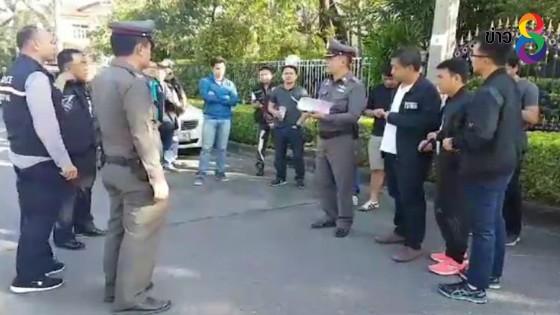 """ตำรวจบุกล้อมบ้าน """"เสก โลโซ"""" หลังไม่โผล่มอบตัวเหตุยิงปืนสิบนัด"""