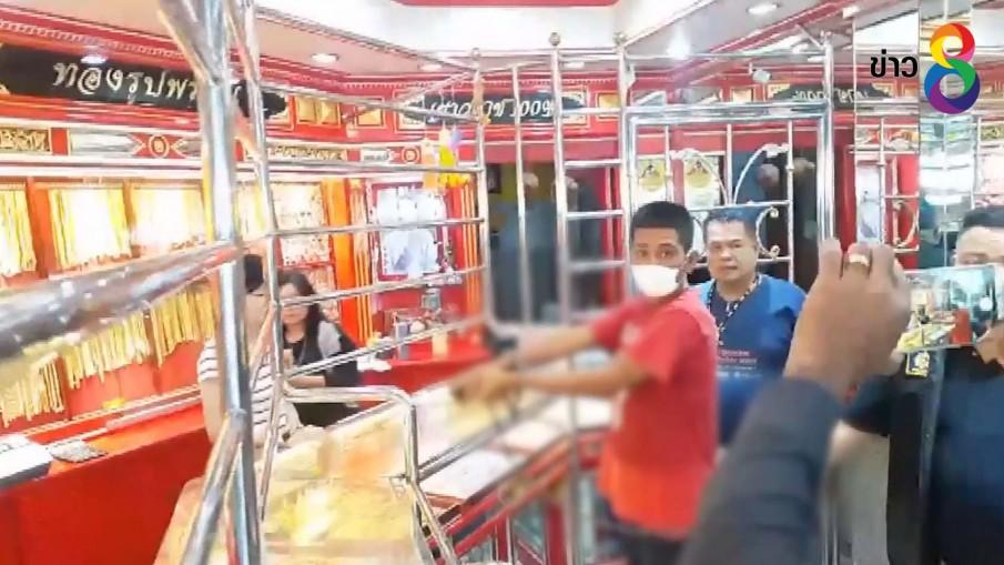 ตำรวจคุมตัวทำแผนคนร้ายชิงทองกลางตลาดสดท่าลี่ จ.สุพรรณบุรี