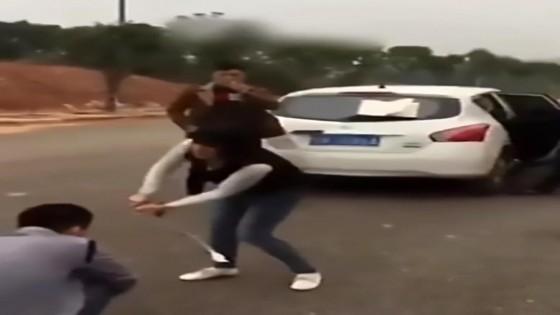 สาวจีนใช้กิ่งไม้หวดแฟนหนุ่มให้สิ้นฤทธิ์เจ้าชู้กลางถนน...