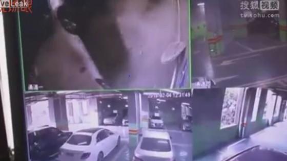 รอดได้งัย หนุ่มจีนขับรถพุ่งทะลุกำแพงตกจากลานจอดชั้น 2