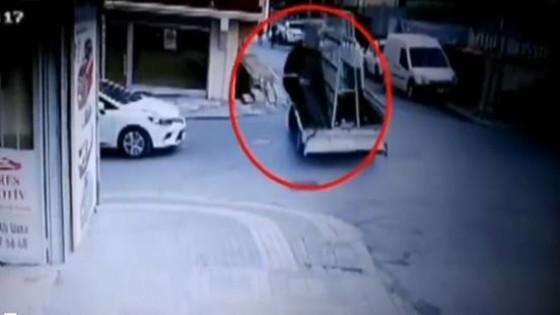 ช็อก! คนงานตุรกีถูกกระจกบานยักษ์ล้มทับ เสียชีวิต