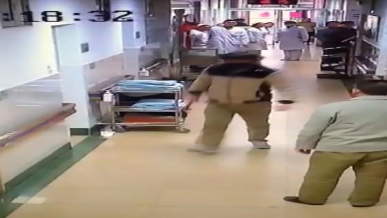 สุดโหด ชายจีนคลั่งถือค้อนทุบหมอกะโหลกยุบกลางรพ.-อาการโคม่า