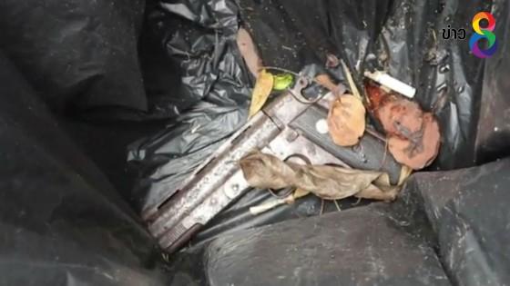 พนักงานทำความสะอาดปั๊มน้ำมันผงะเจอปืนในถังขยะ...