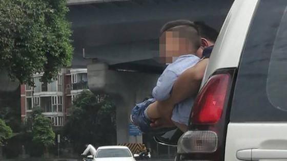 ตะลึงทั้งถนน ชายจีนอุ้มเด็กปัสสาวะออกนอกหน้าต่างรถยนต์
