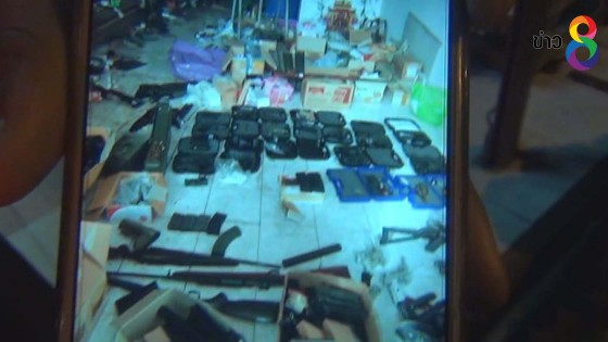 """บุกร้านขายขนมเปี๊ยะกลาง อ.บ้านโพธิ์ ซุกซ่อนชิ้นส่วน """"ปืนสงคราม ดินระเบิด"""""""