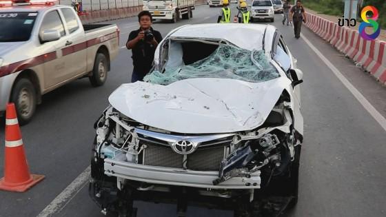 ท่อนคอนกรีตตกใส่รถเก๋ง ขณะขับมาบนถนนมิตรภาพรถพังเสียหาย