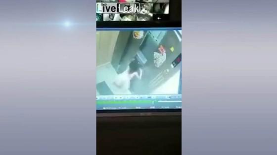 อุทาหรณ์เด็กหญิงติดลิฟท์ค้างพยายามเปิดประตูหลังลิฟท์สุดชีวิต...