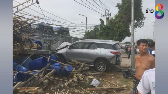 รถยนต์พุ่งชนจักรยานดับ 1 ศพ โค่นเสาไฟล้ม 7 ต้น
