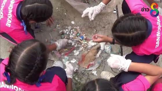 นักเรียนเมืองประจวบตะลึง พบถุงยางใช้แล้ว-ก้นบุหรี่เกลื่อนหาด