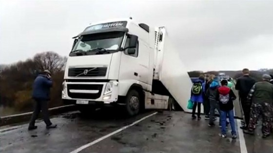 สะพานรัสเซียถล่มรถบรรทุกร่วงทับเก๋ง เด็ก 5 ขวบ เสียชีวิต