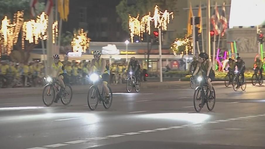 """สมเด็จพระเจ้าอยู่หัวทรงจักรยานนำพสกนิกรร่วมงาน """"ไบค์ อุ่นไอรัก"""""""