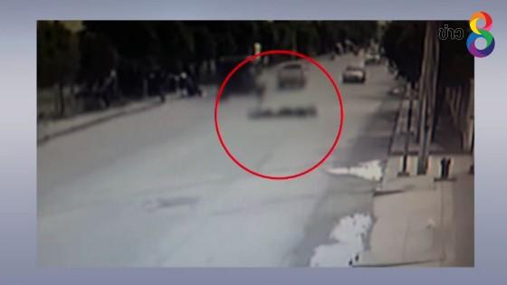 วงจรปิดจับภาพ 2 หนุ่มขี่จักรยานยนต์เสยรถกระบะสาหัสทั้งคู่