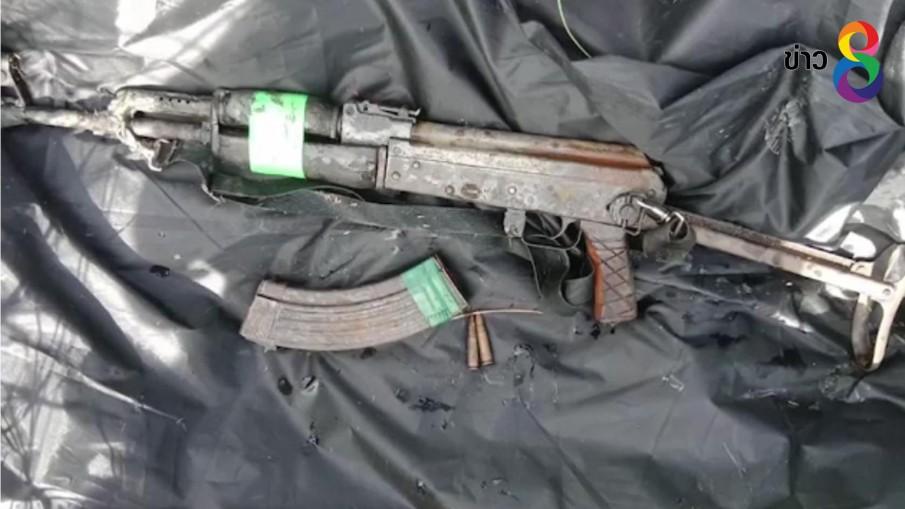 เจ้าหน้าที่ลงงมปืนอาก้าที่คนร้ายทิ้ง หลังบุกยิง อส. ตาย 4 ศพ