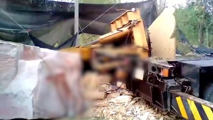 เสาเครนหักขณะรถเครนยกหินหนัก 30 ตัน ทับร่างคนขับเสียชีวิต