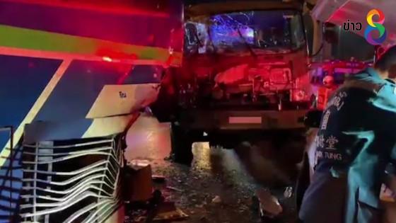 รถทหารพุ่งชนท้ายรถเมล์ ปอ. ทหารพลขับบาดเจ็บติดคารถ