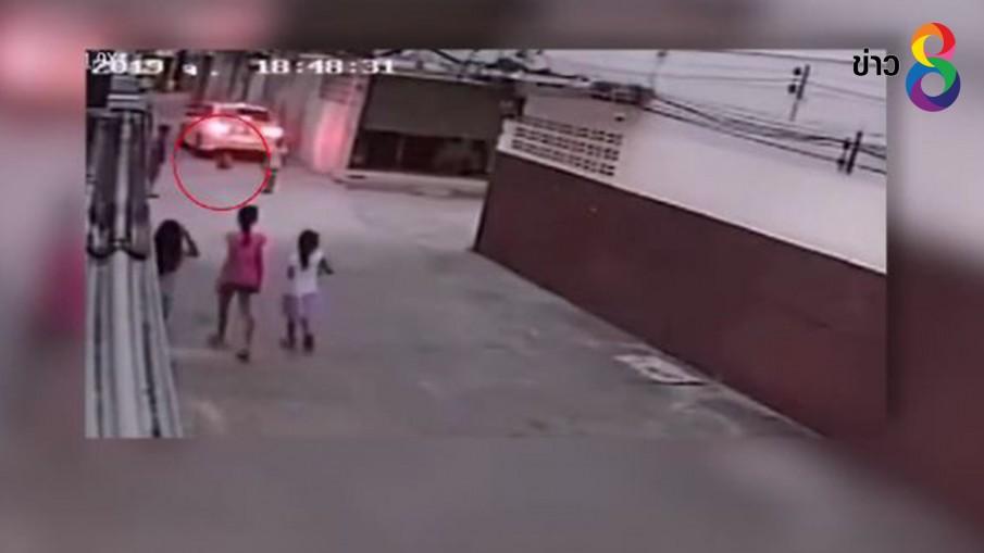 ปล่อยลูกนั่งเล่นกลางถนนในหมู่บ้าน ถูกรถเลี้ยวมาทับ บาดเจ็บ