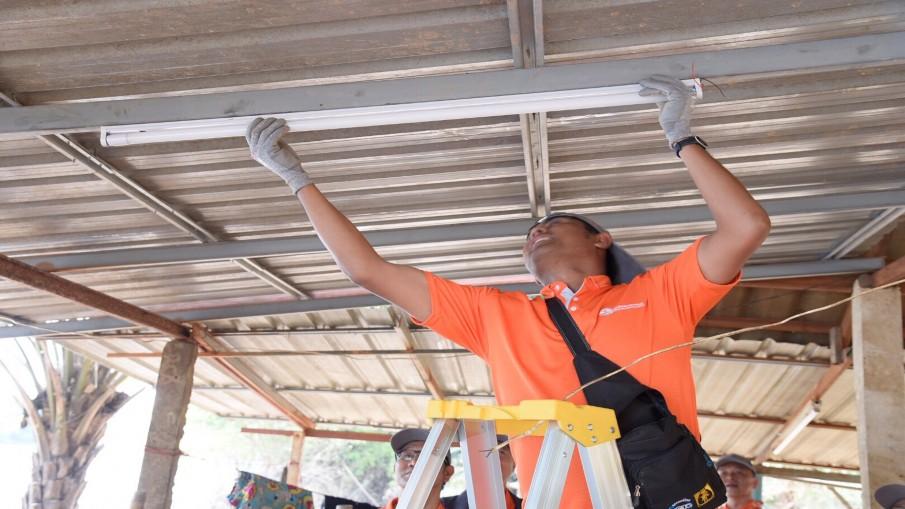 กฟน. ร่วม PEA และภาคีเครือข่าย ลงพื้นที่เปลี่ยนอุปกรณ์ระบบไฟฟ้าให้ผู้ประสบอุทกภัยชาวอุบลฯ